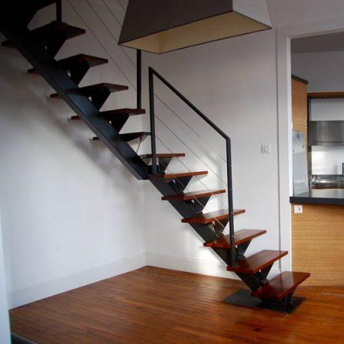 Cet escalier à limon central sur mesure à été conçu pour accéder à des chambres sous les toits dans un appartement du centre ville de Toulouse. Escalier à limon central1/4 tournant en métal brossé, bruni et ciré, marches en bois Cœur Dehors.