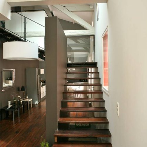 Cet escalier métal et bois s'inscrit entre 2 murs. Palier intermédiaire suspendus grâce à une poutre métallique ancrée dans le mur porteur, elle constitue le limon central de la seconde partie de l'escalier métal et bois.