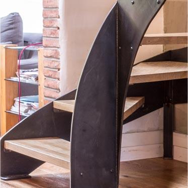 Escalier métal balancé sur mesure, La forme qui nécessite savoir faire et minutie pour un résultat tout en élégance.