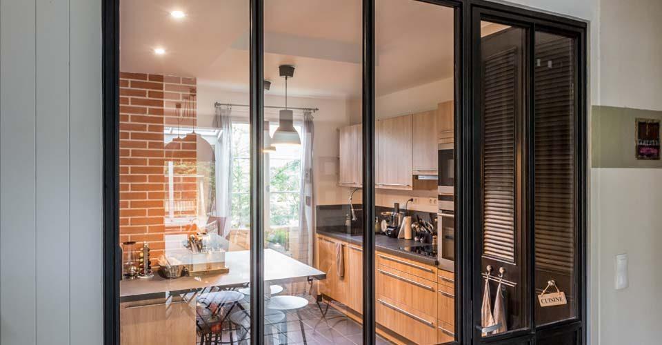Verrière d'intérieur. C'est une solution idéale pour délimiter deux espaces tout en conservant un éclairage naturel grâce à sa partie vitrée - Atmos-Fer Toulouse