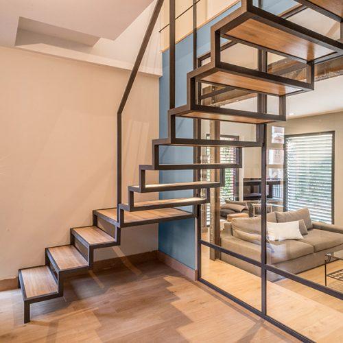 Escalier avec verrière en métal et bois à crémaillère. Créé par Atmos Fer, ferronnerie contemporaine à Toulouse.
