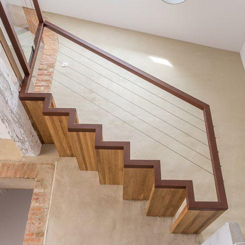 Escalier béton et acier 1/4 tournant. Créé par Atmos Fer, ferronnerie contemporaine à Toulouse Crédit photo: Laurent Barranco.