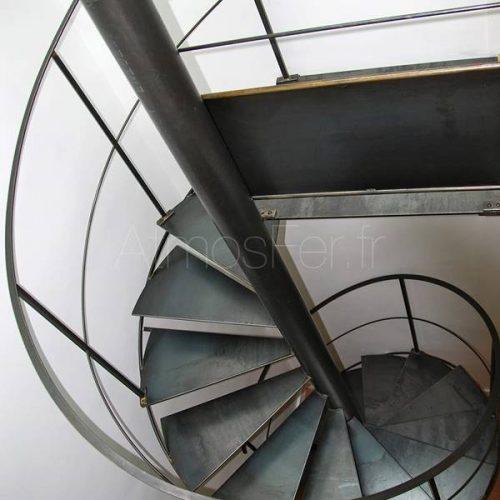 Escalier hélicoïdal tout métal, avec une rotation. Garde corps en tôle brute. Acier brossé et ciré donne une patine à l'ancienne très authentique.