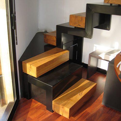 Escalier crémaillère métal plié et bois. Créé par Atmos Fer, ferronnerie contemporaine à Toulouse.