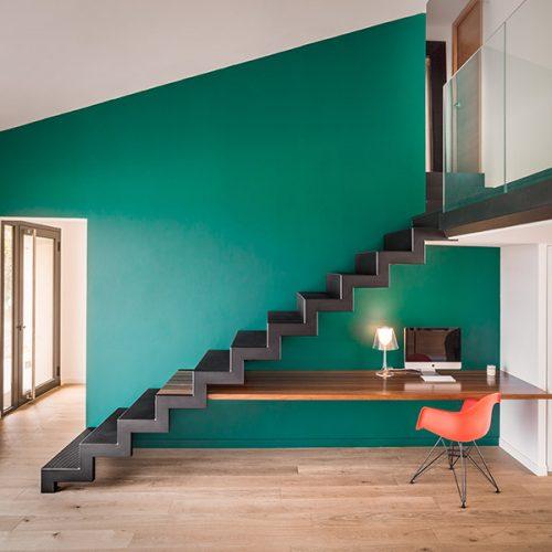 Escalier métal sur mesure plié ajouré droit. Créé par Atmos Fer, ferronnerie contemporaine à Toulouse.