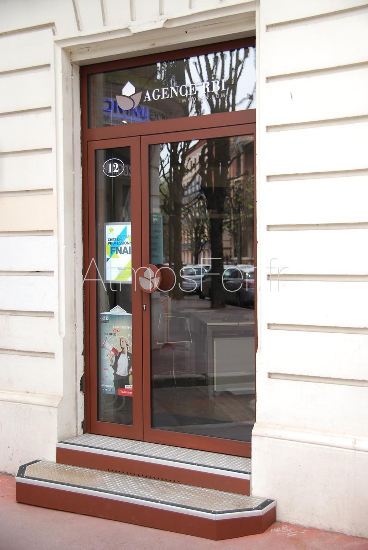 porte d entr e bas de vitrines enseignes sur mesure. Black Bedroom Furniture Sets. Home Design Ideas