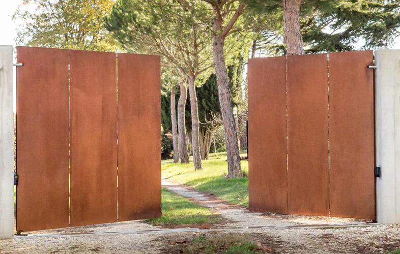 Portail acier corten Toulouse - Les portails en acier corten est un alliage hautement résistant qui contient du cuivre. Résiste à la corrosion et à la déformation par traction.