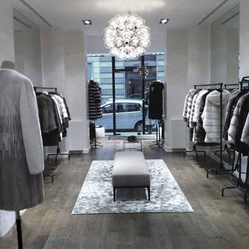 Portants-à-vêtements-Boutique-Yves-salomon-fbg-St-Honoré-Paris-list