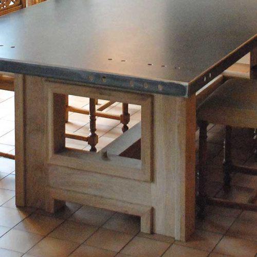 Table-salle-à-manger-plateau-métal-pieds-bois-list